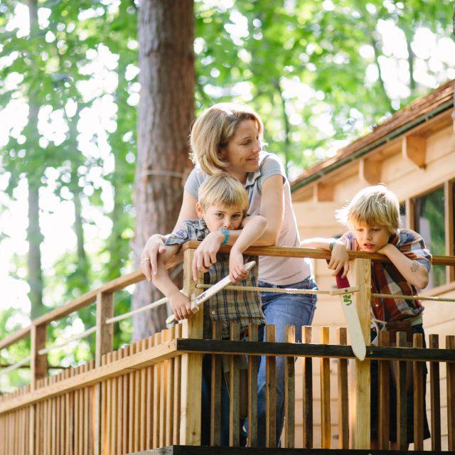 boomterras met moeder en twee kinderen