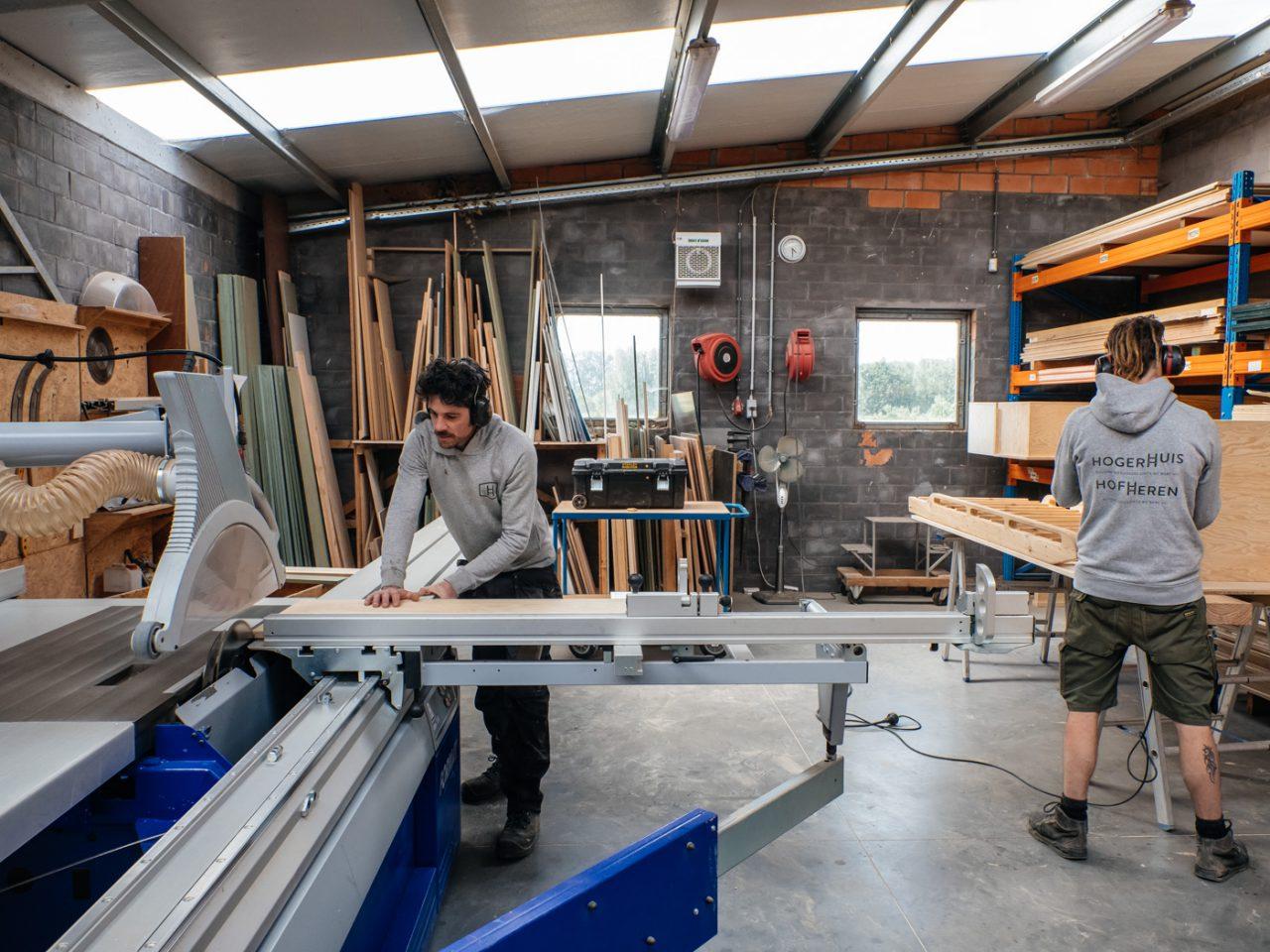 boomhut bouwers in de houtzagerij