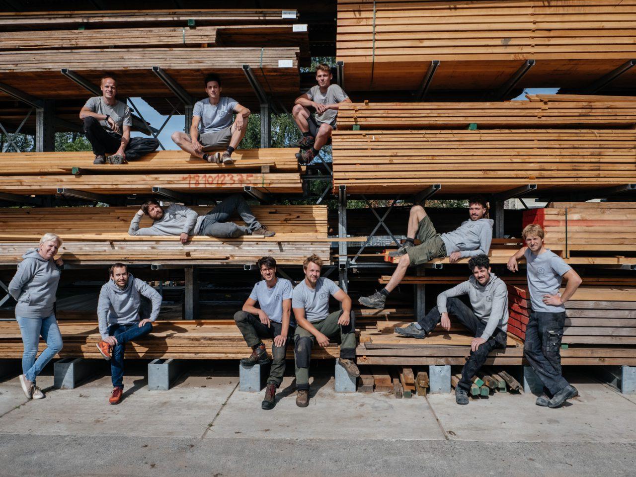 team van ervaren boomhut bouwers bij hout
