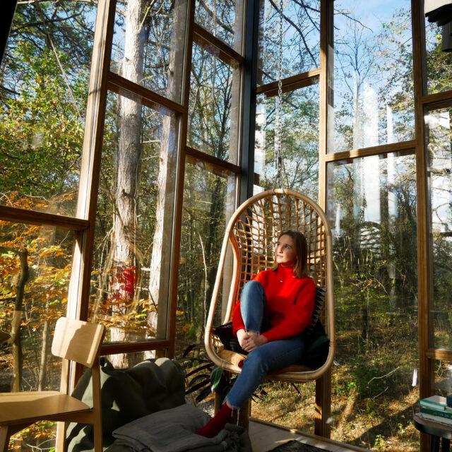 interieur van een boomhut met een meisje in een stoel