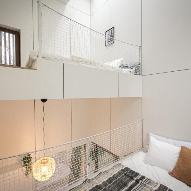 outen woonunit met binnenschrijnwerk met witte keuken en witte keukentafel