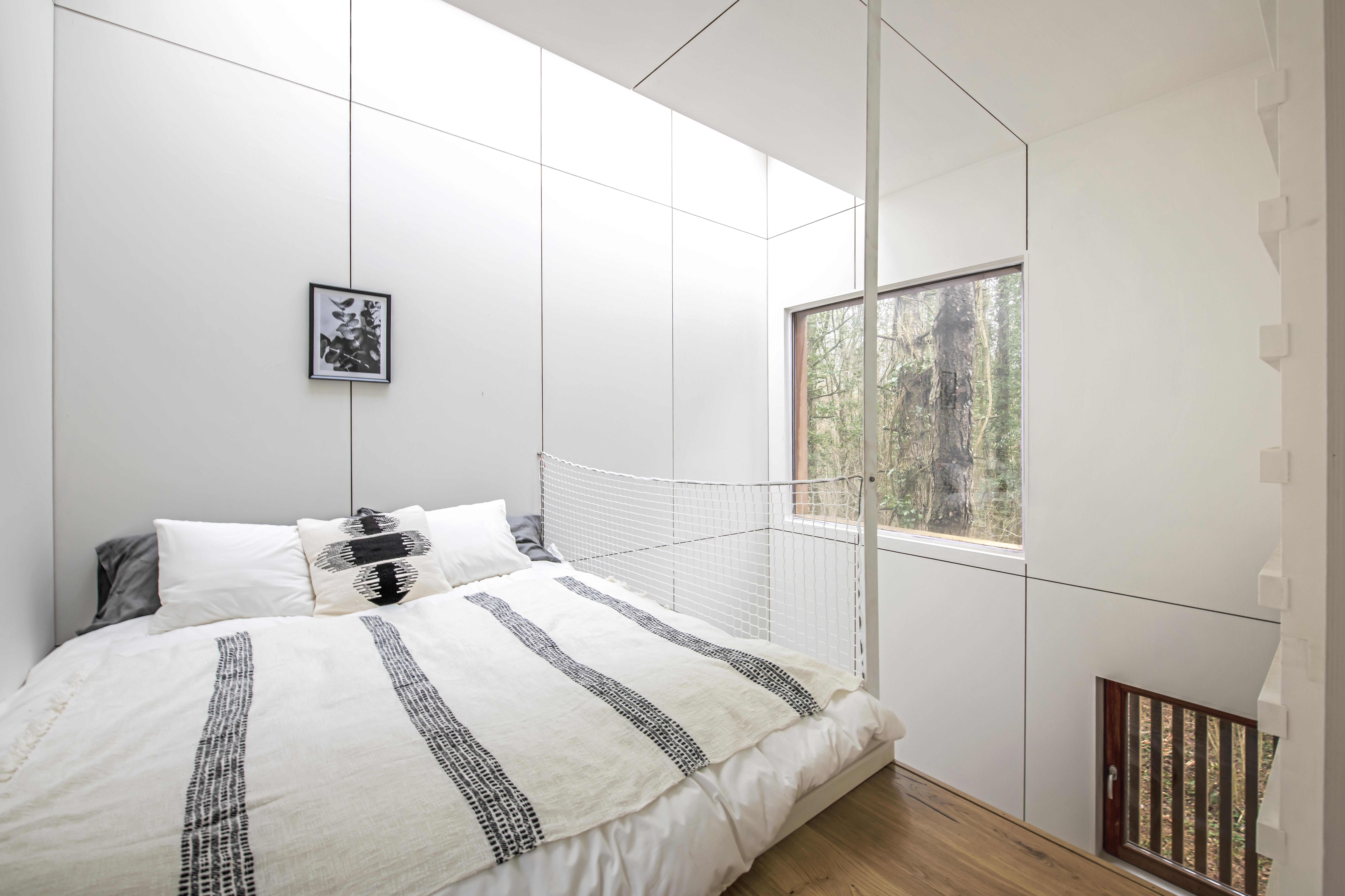 wit interieur met een bed en mezanine