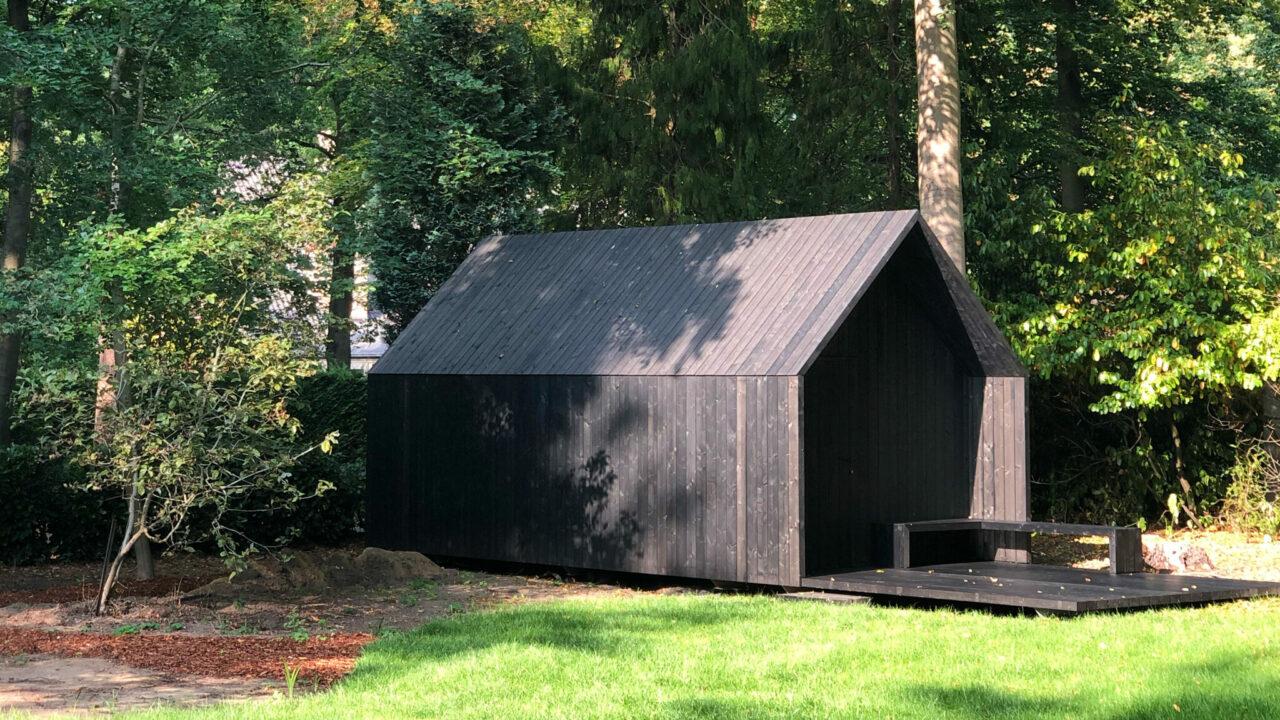 minimalistische zwarte tuinberging of houten bijgebouw in een tuin