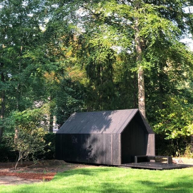 zwarte minimalistische tuinberging